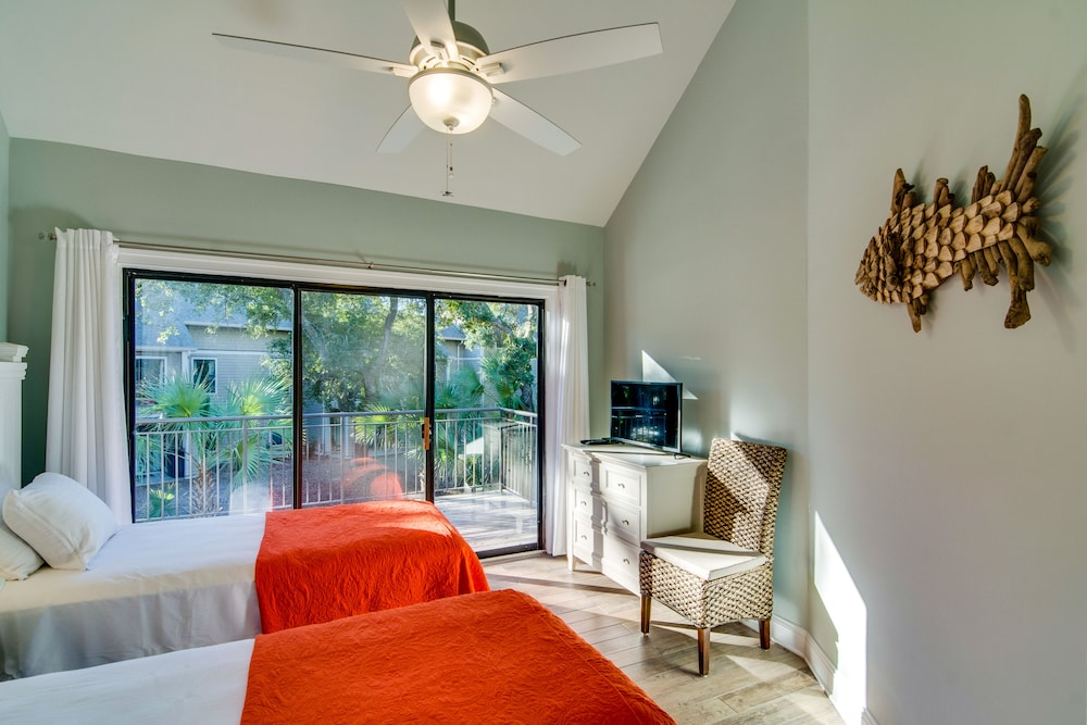 Room, Villa With Wooded Views, Shared Pool, Walking Distance to Beach Club!
