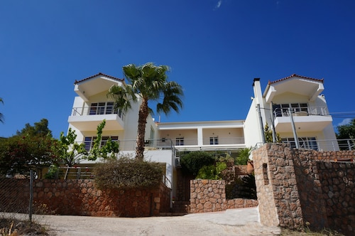 Villa Seahorse - Discover the Peloponnese from this modern 3BDRM maisonette