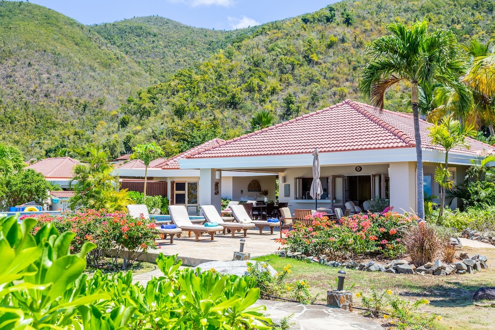 , Sea Fans - 4 BR Beachfront Villa on Spectacular Mahoe Bay