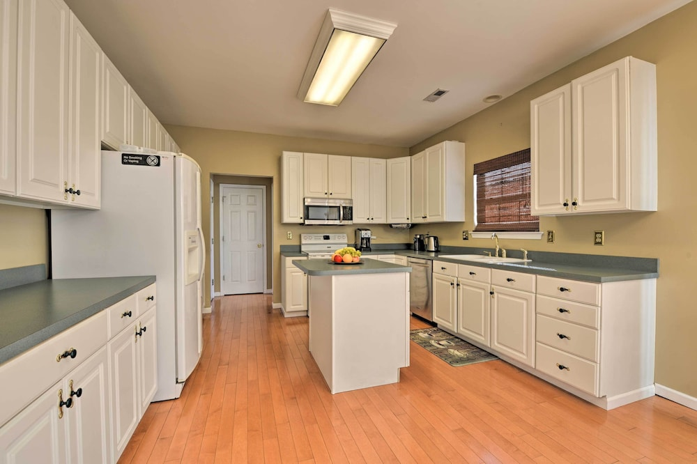 Private Kitchen, Egg Harbor Township Property w/ Pool + Hot Tub Hut
