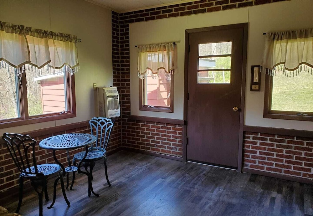 Room, Hillside Country Home Near Lake Flanagan!