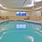 King Suite Just 30 Miles From Niagara Falls Indoor Pool + Shared Hot Tub