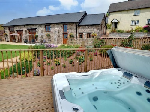 Bampton Holiday Home, Sleeps 4 With Pool and Wifi