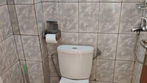 Serviettes fournies, savon, shampoing, papier toilette