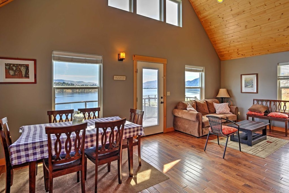 Living Room, Cozy Waterfront Cabin With Cocktail Pool - Lake Chelan