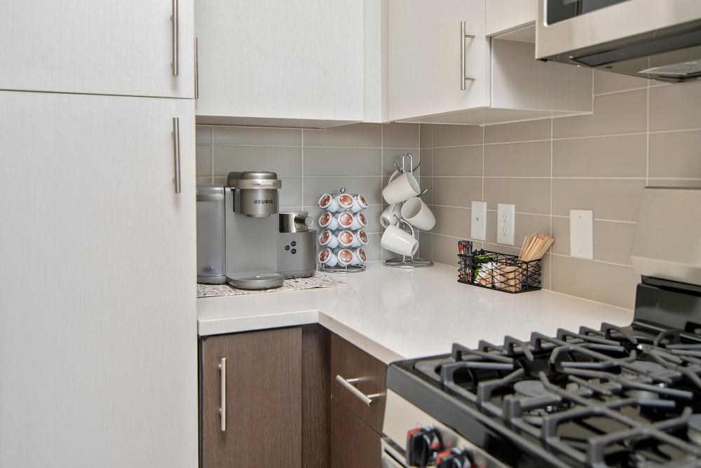 Private Kitchen, Award-winning Apt w/ Parking & Gym Downtown at Yale