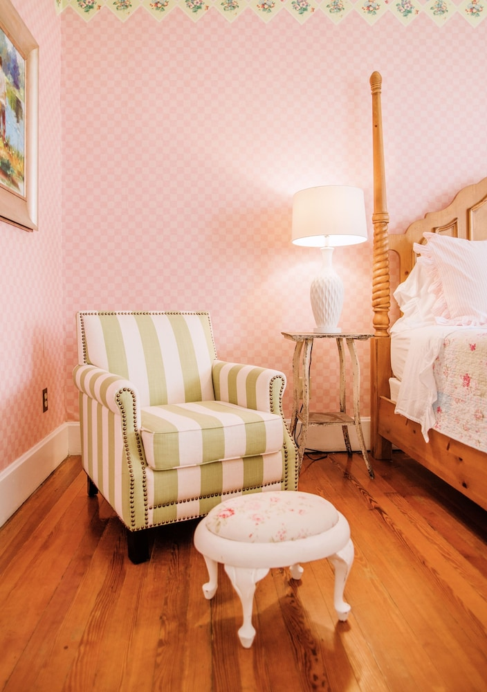 Room, Small Town Charmer - Rent Entire Home