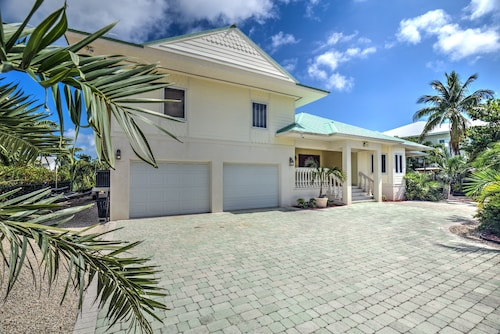 Spacious 4 Bedroom Home, Walk to Sombrero Beach, Huge Pool With Dockage!