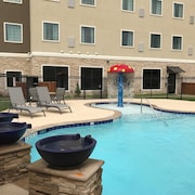 Outdoor Pool + Free Wi-fi, Free Breakfast Fully Equipped King Suite With a Balcony