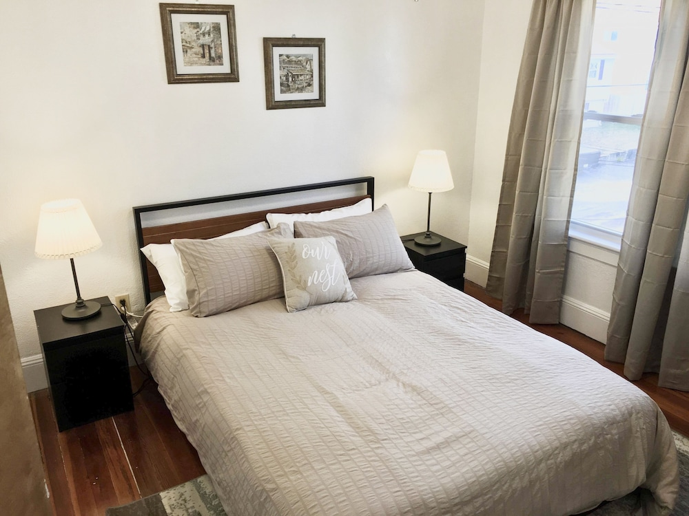 Room, 2 Queen BRs -10 min to Providence - 10 min to Edgewood Beach- Free Wine, & More