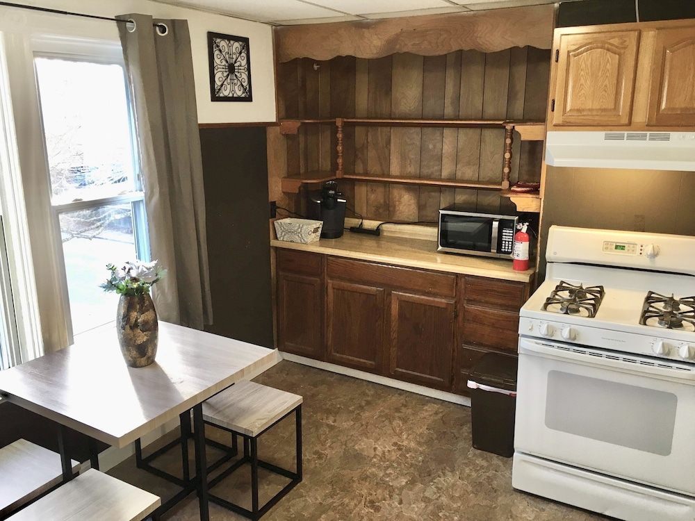 Private Kitchen, 2 Queen BRs -10 min to Providence - 10 min to Edgewood Beach- Free Wine, & More