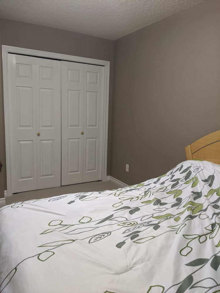 Room, Comfy Affordable Stay Close to Lots of Amenities