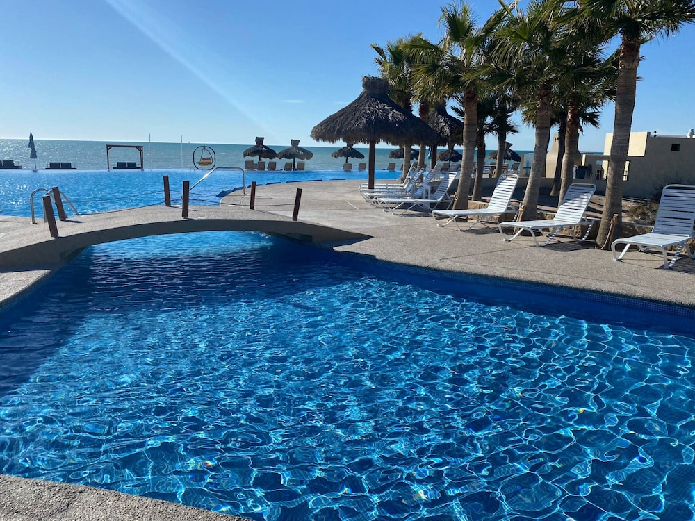 Pool, Oceanfront House Feet Away From Beach, Resort Pool,gym, Spa,and Restaurant!