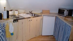 Jääkaappi, kahvin-/teenkeitin, leivänpaahdin