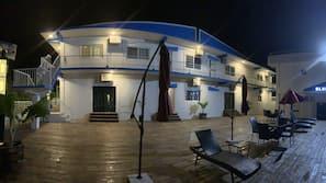 야외 수영장, 09:00 ~ 21:00 오픈, 수영장 파라솔