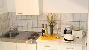 Kühlschrank, Herd, Kochgeschirr/Geschirr/Besteck