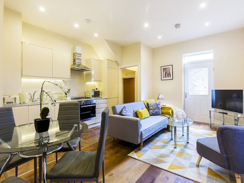 Luxurious Renovated Ealing Victorian Flat for 3
