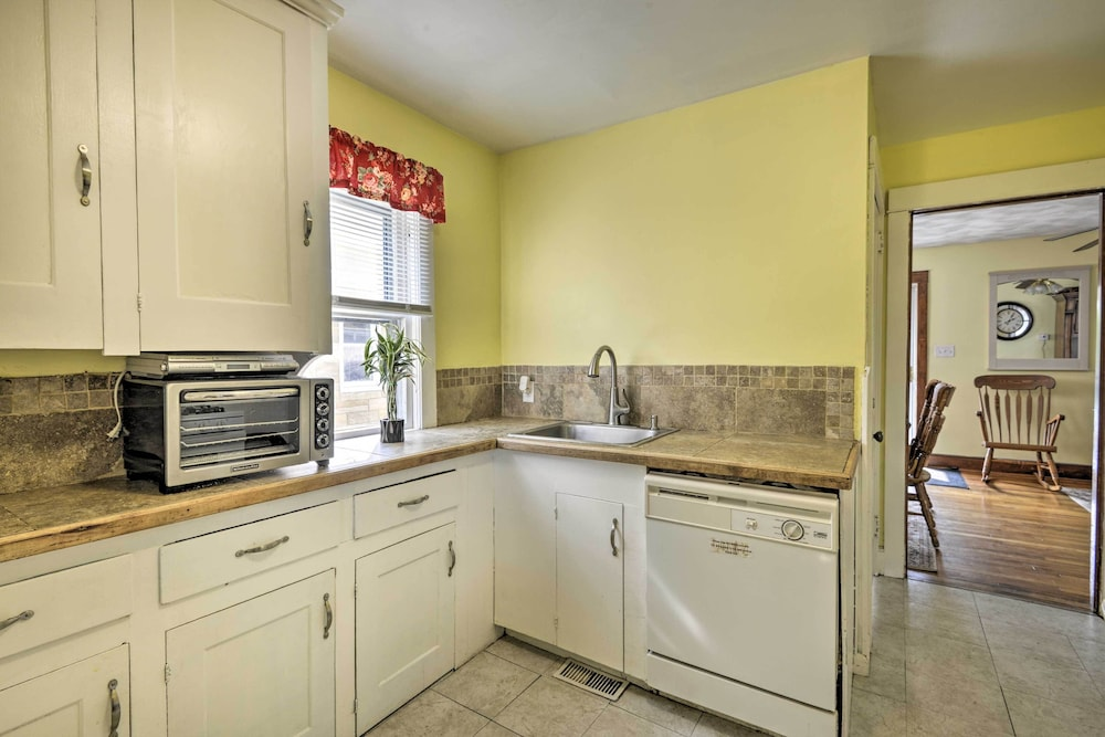Private Kitchen, New! Charming Home, Near University & Attractions!