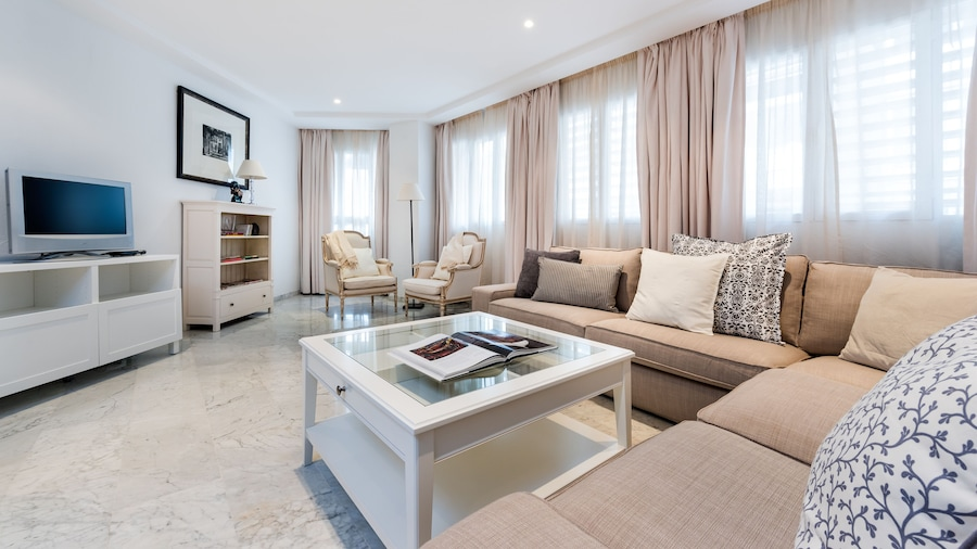 Modern 3 Bd Aptm Close to the Cathedral.. Isabel la Catolica I