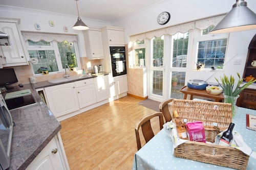 Little Crossways , Goodwood - an Annexe That Sleeps 2 Guests in 1 Bedroom