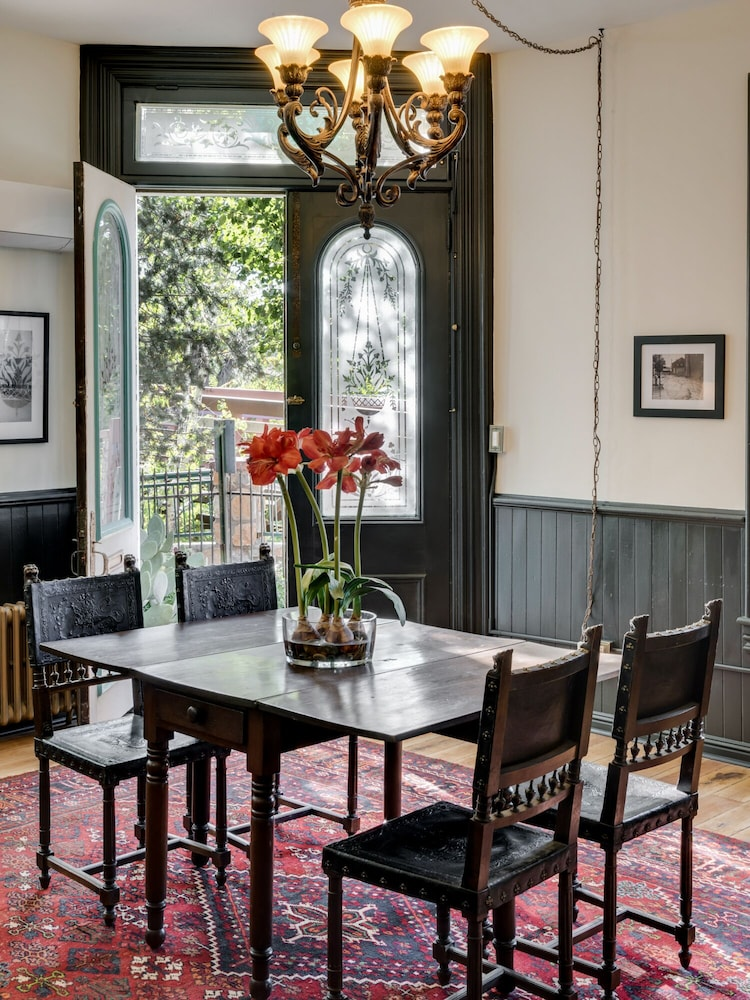 Private Kitchen, Beautiful & charming Elizabeth Warren Historical home - built in 1886
