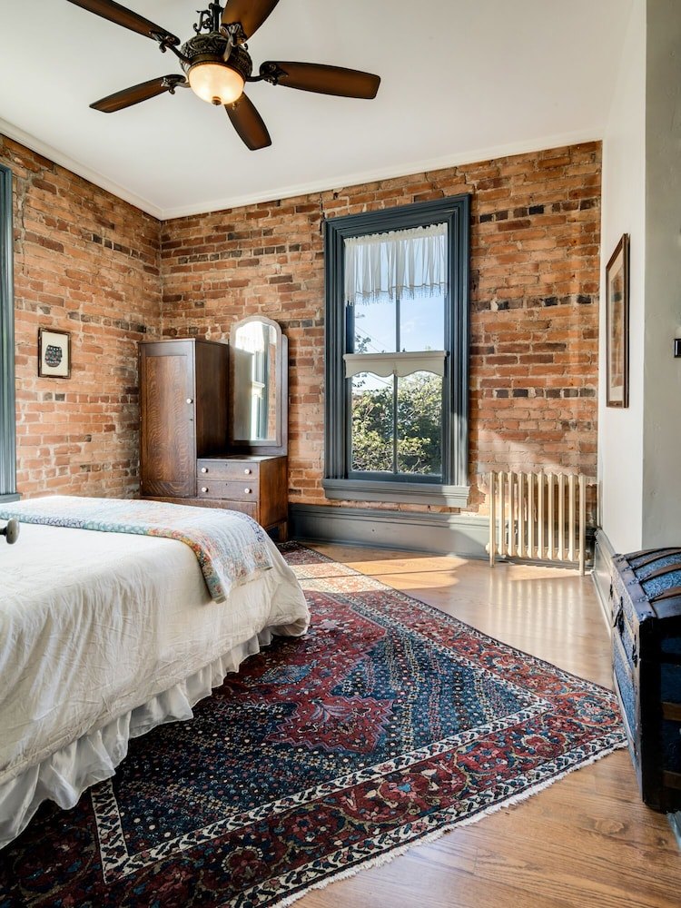 Room, Beautiful & charming Elizabeth Warren Historical home - built in 1886