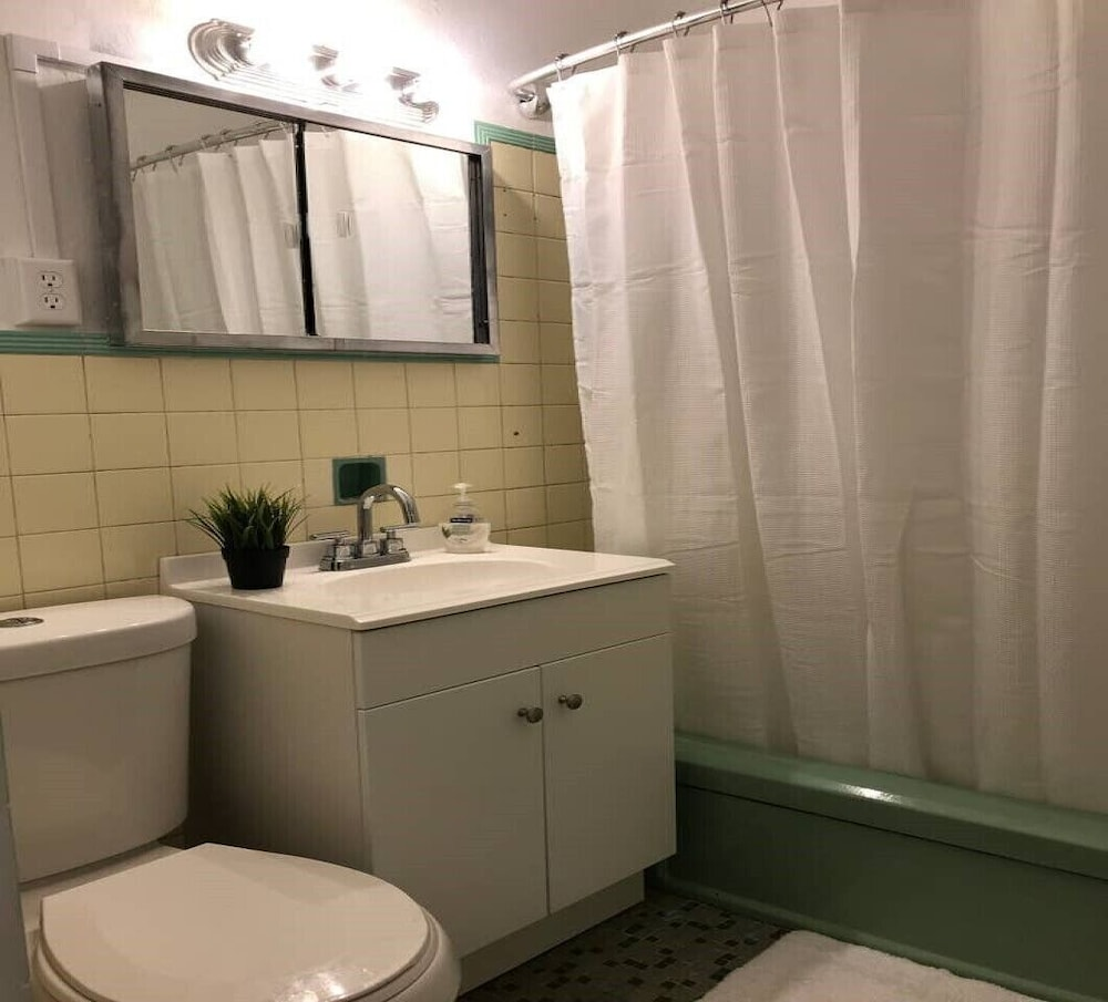 Bathroom, Great Location-shops and Restaurants and 6 Miles to the Beach!!