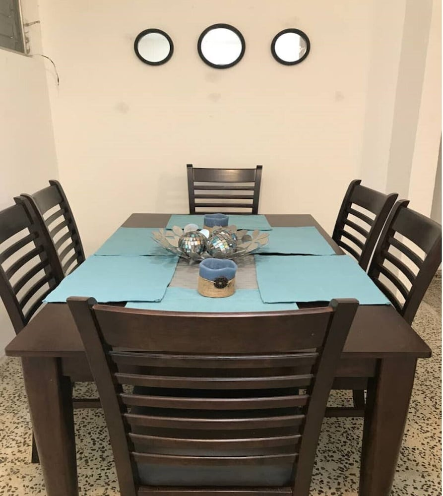 Private Kitchen, Great Location-shops and Restaurants and 6 Miles to the Beach!!