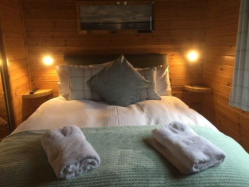 Lomond Lodge 20, Luxury Log Cabin on the Banks of Loch Lomond