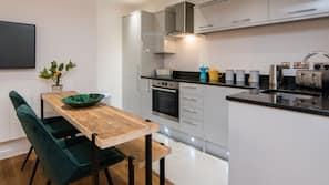 Full-sized fridge, oven, hob, electric kettle