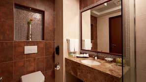 Combined shower/bathtub, bidet, towels, toilet paper