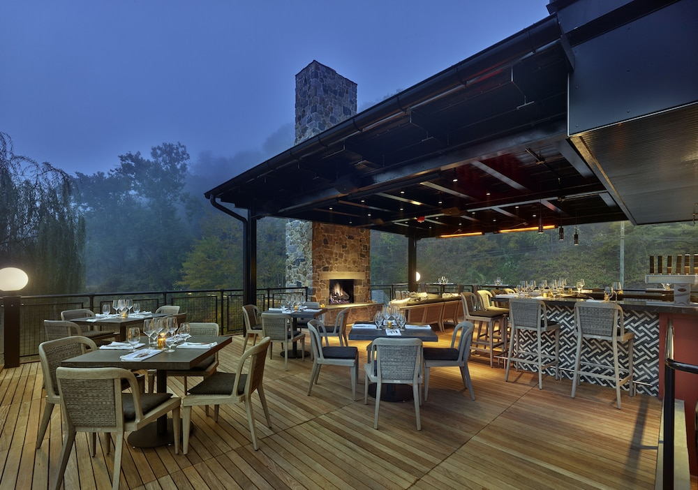 Outdoor Dining, River House at Odette's