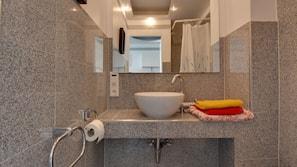 Duschwanne, Handtücher, Toilettenpapier
