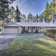 Cozy Home w/ Hot Tub - 4 Mi to Puget Sound Access!