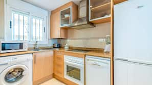Frigorífico, microondas, horno y placa de cocina