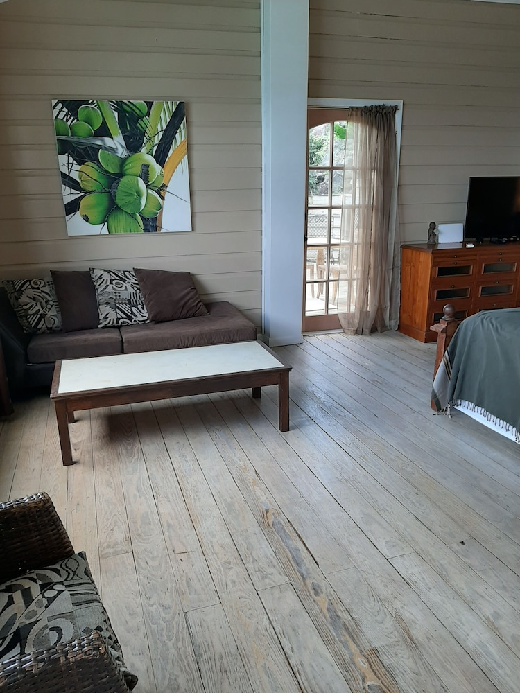 Living Room, Walk to Surf, Fiber Optic, Short or Long Term Stays Overlooking Apple Bay