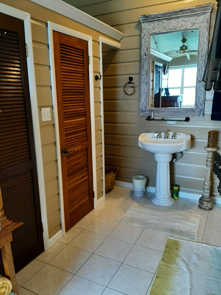 Bathroom, Walk to Surf, Fiber Optic, Short or Long Term Stays Overlooking Apple Bay