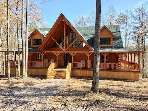 Rose Ridge -new 8br/5.5ba Luxury Log Cabin on 25 Acres - Walk to Old Man's Cave!