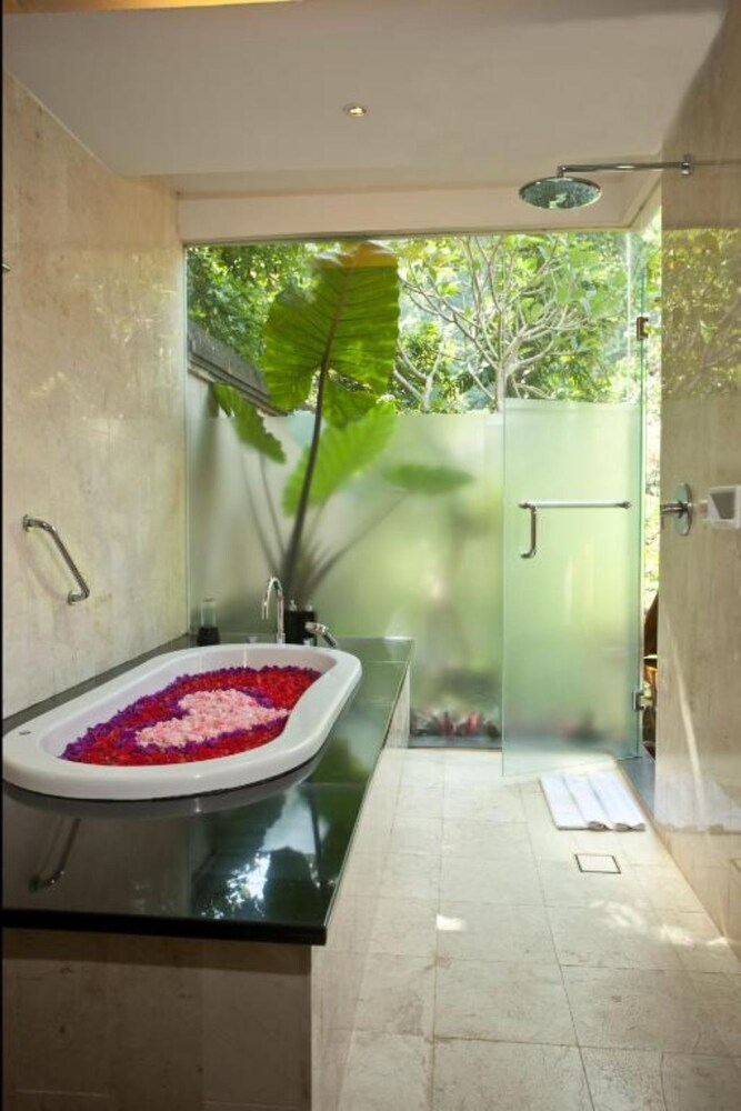 Bathroom, Private Suite in Ubud, Sleeps 2 Pax, Surrounded by Lush Greenery