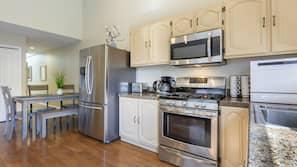 Jääkaappi, mikroaaltouuni, uuni, liesi