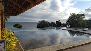 5 outdoor pools, open 7:00 AM to 10:00 PM, pool loungers