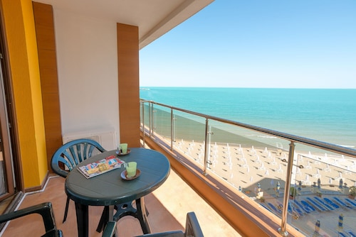 1bedroom sea View Apartment , up to 4 pax on 1st Line
