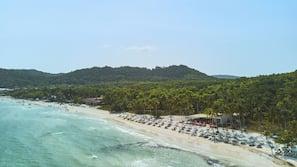 私人海灘、白沙、免費海灘接駁車、免費海灘小屋
