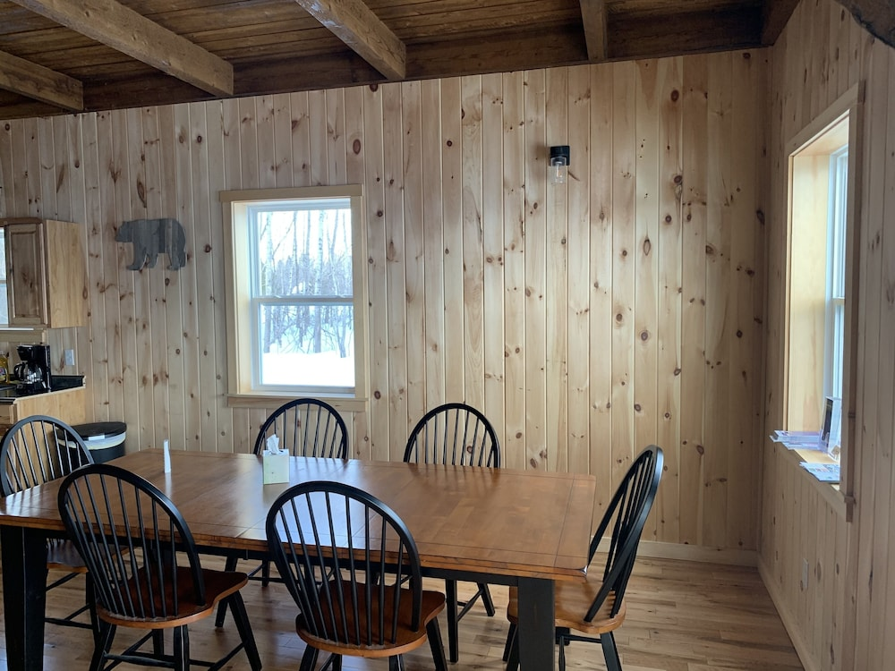 Private Kitchen, Country Style log Cabin Retreat With all of the Amenities