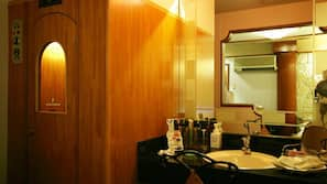 Combined shower/bathtub, jetted bathtub, free toiletries, hair dryer