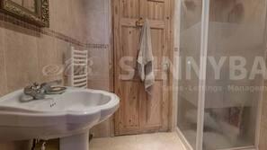 Separat badekar og dusj, dype avslapningsbadekar, hårføner og håndklær