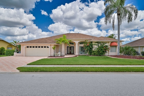 Villa Margaretha - Stunning Pool Home in South Fort Myers!