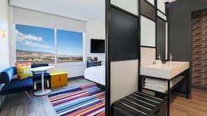 Cofres nos quartos, espaço de trabalho para notebook, cortinas blackout
