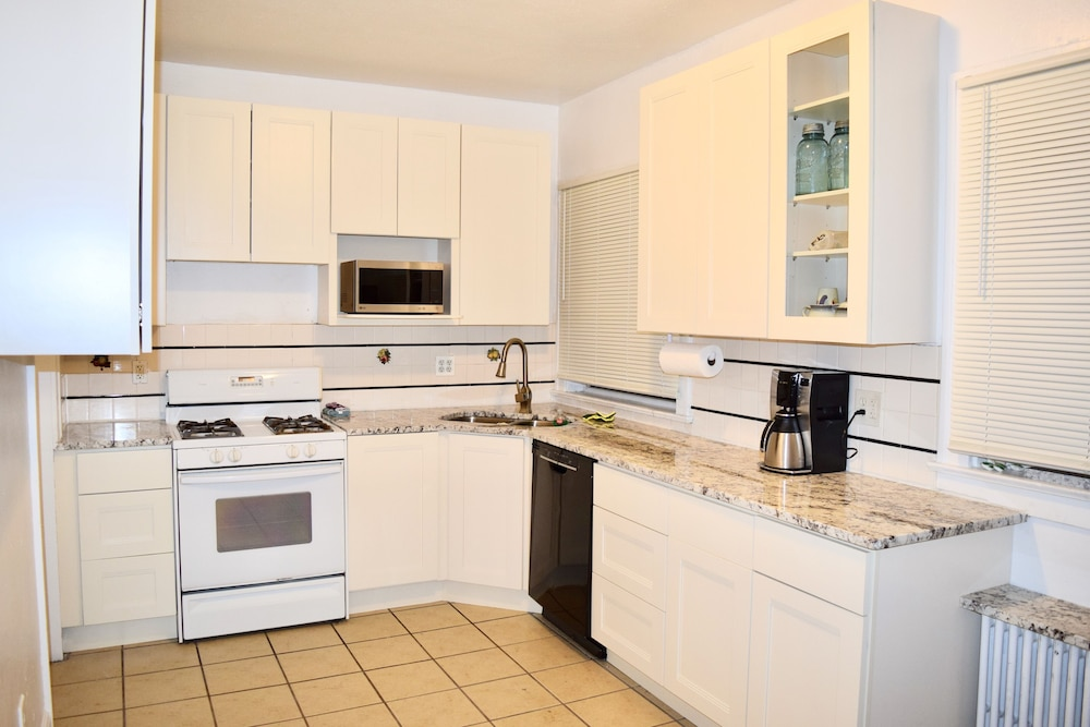 Private Kitchen, Mansion for Rent-best-safest Part Town-northeast
