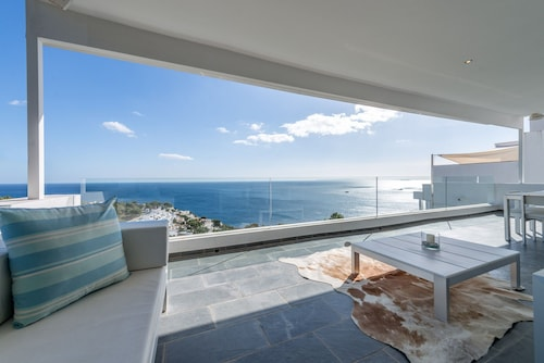 Heavenly Mansion With Infinity Pool and Sea View, Wi-fi and Terraces; Parking Available